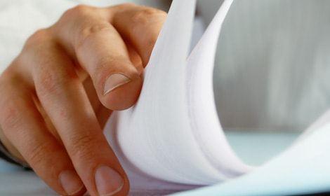 Deurwaarder bezig met papierwerk